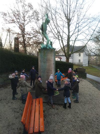 Alle Kinder am Kriegerdenkmal