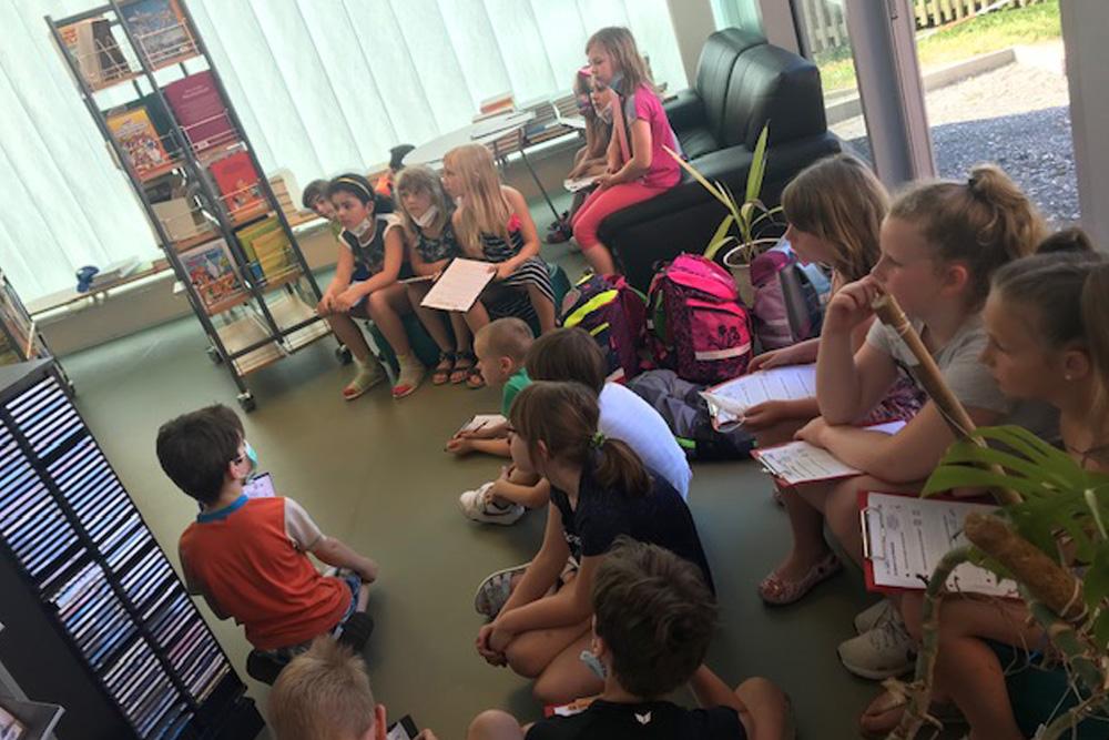 Klasse 2 stöbert in den Büchern der Bibliothek